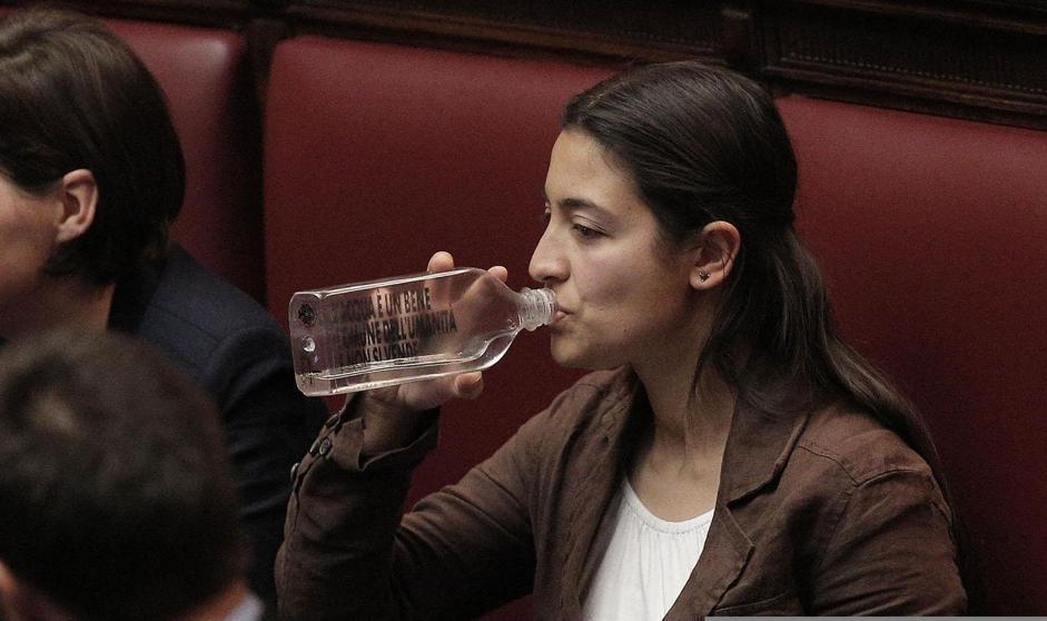 Federica Daga, del Movimento 5 Stelle, mentre beve da una bottiglia alla Camera durante la seduta di insediamento della XVII legislatura, Roma, 15 marzo 2013. ANSA/GIUSEPPE LAMI
